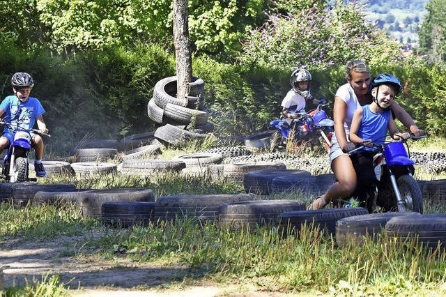 Kleine Motocrossler wirbeln Staub auf