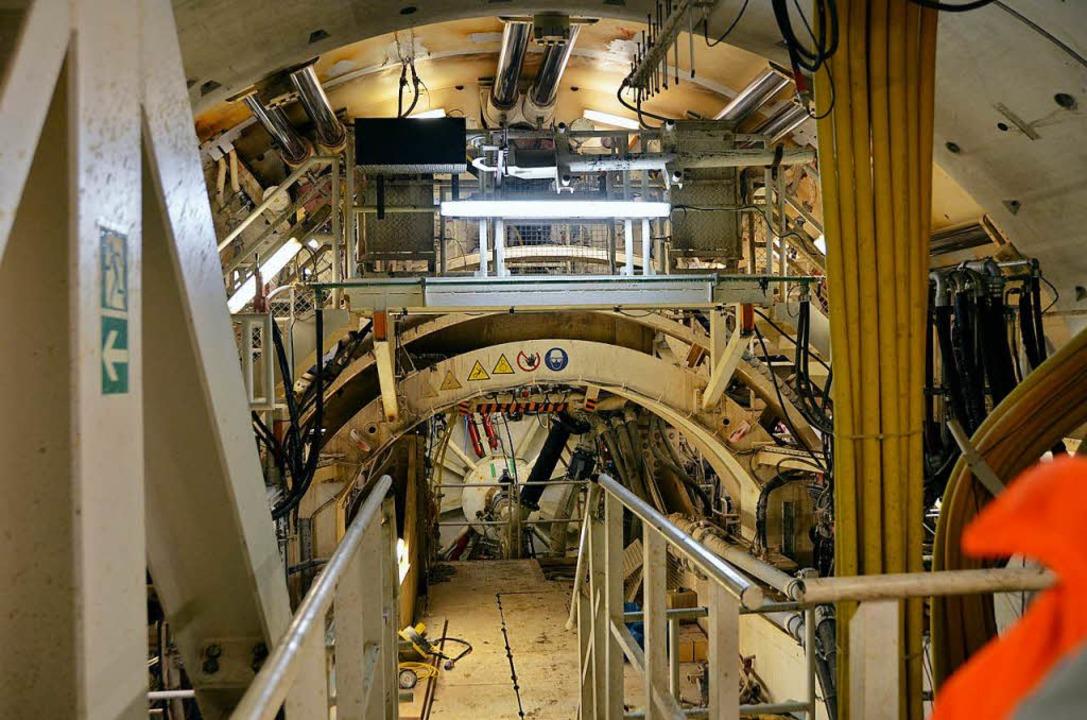 Ein Blick von hinten auf das sich dreh...ie Maschine durch den Untergrund fräst  | Foto: Ralf Burgmaier
