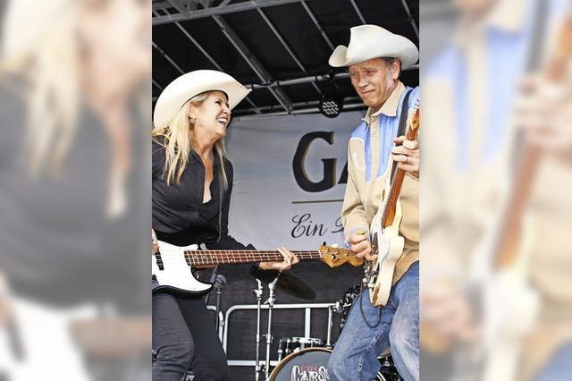 Cowboyhut, Jeans, Cowboystiefel und eine mitreißende Stimmung