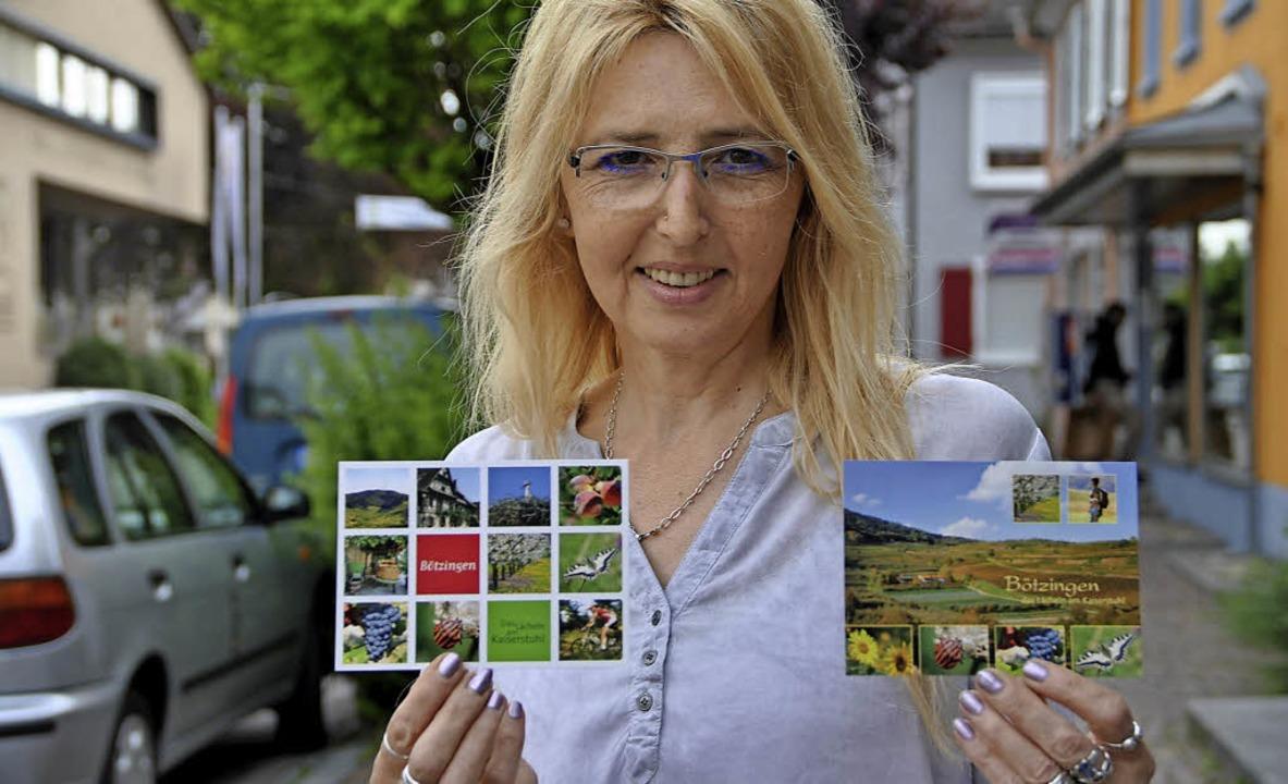 Irene Galvao vom Fachgeschäft Sexauer ...ngen-Postkarten, die es im Ort  gibt.   | Foto: Frietsch