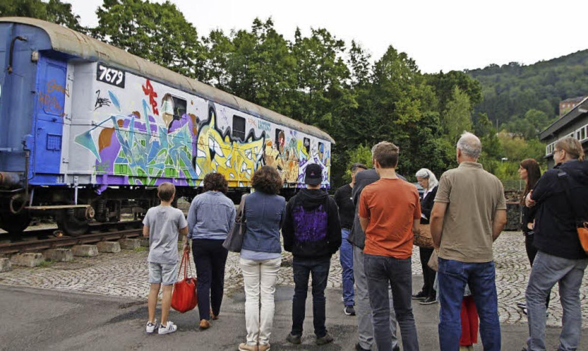 Der Eisenbahnwaggon auf dem Firmengelände ist Ziel von Künstlern aus aller Welt.  | Foto: Heidi Foessel
