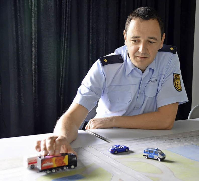 Polizeirat Thomas Müller erklärt die S...urch falsch eingeordnete Lkw entsteht.    Foto: Horatio Gollin