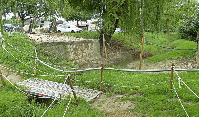 Die Rote Brücke  ist entfernt, derzeit geht es nur über Gitter.     Foto: vl/privat
