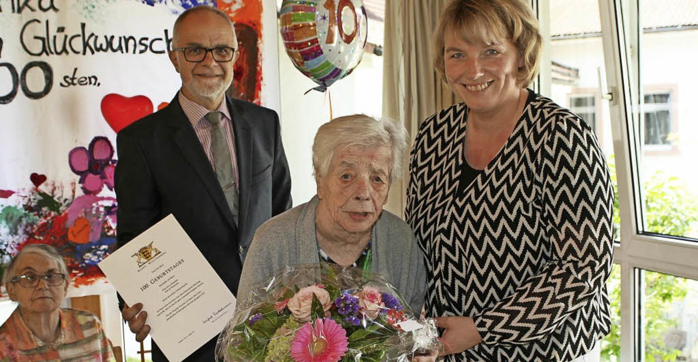 Zells Bürgermeister Rudolf Rümmele (li...ren Erica Hummel zum 100. Geburtstag.   | Foto: Privat
