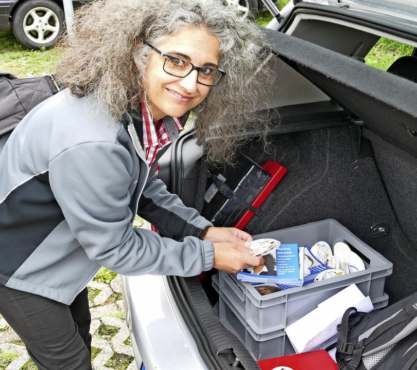 AfD-Kandidatin Martina Böswald holt ei...Flyer aus dem Kofferraum ihres Autos.   | Foto: Manuel Fritsch