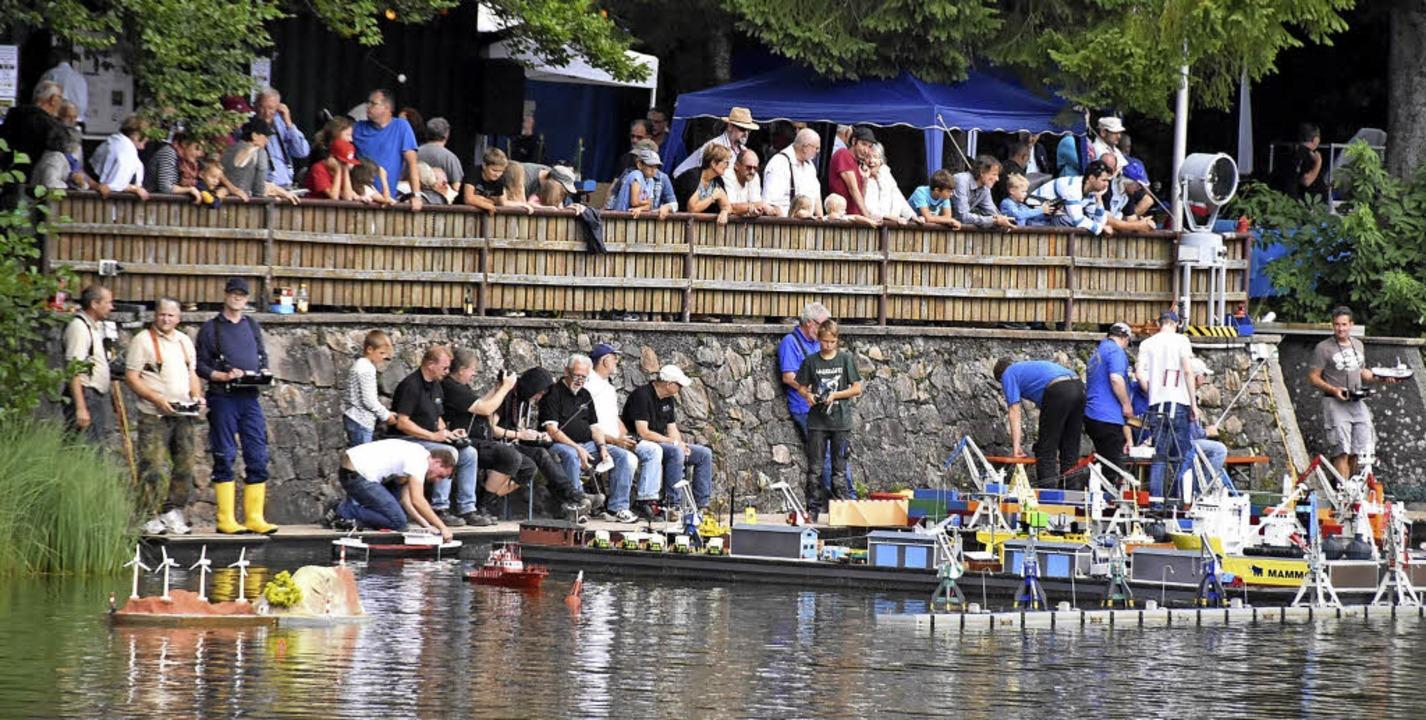 Viele Badweiher-Hock-Besucher hatten sich am Hafenbecken versammelt.    Foto: Markus Donner