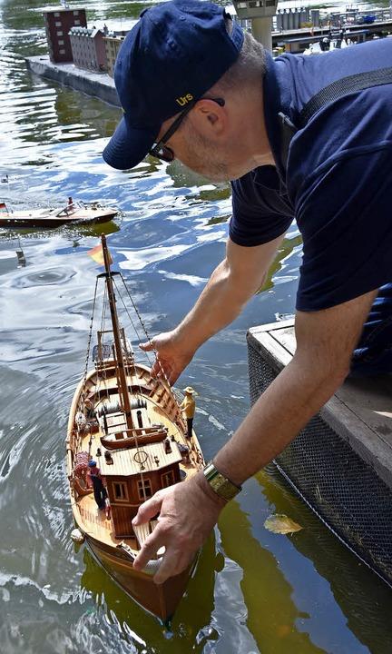 Modellschiff ganz aus Holz    Foto: Markus Donner