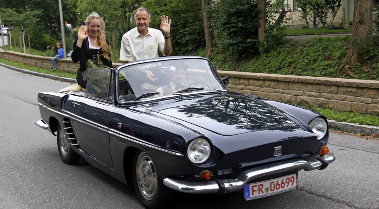 Hoch auf dem offenen Wagen grüßte die ...ebst Bürgermeister huldvoll die Menge.  | Foto: Hans Jürgen Kugler
