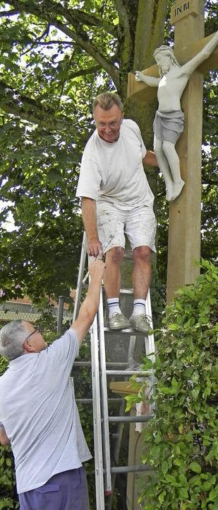 Gut festhalten: Rudi Stiefvater und Er...ei ihrer Arbeit am Kreuz in Kirchhofen    Foto: Privat