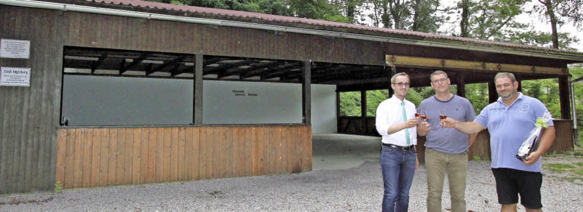 Bürgermeister Benjamin Bohn (links) un...enlose Sanierung der Castellberghütte.  | Foto: Herbert Trogus
