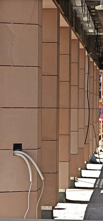 Die bekannten Arkaden setzen sich in d...äftshaus des Bauvereins Breisgau fort.  | Foto: Max Schuler