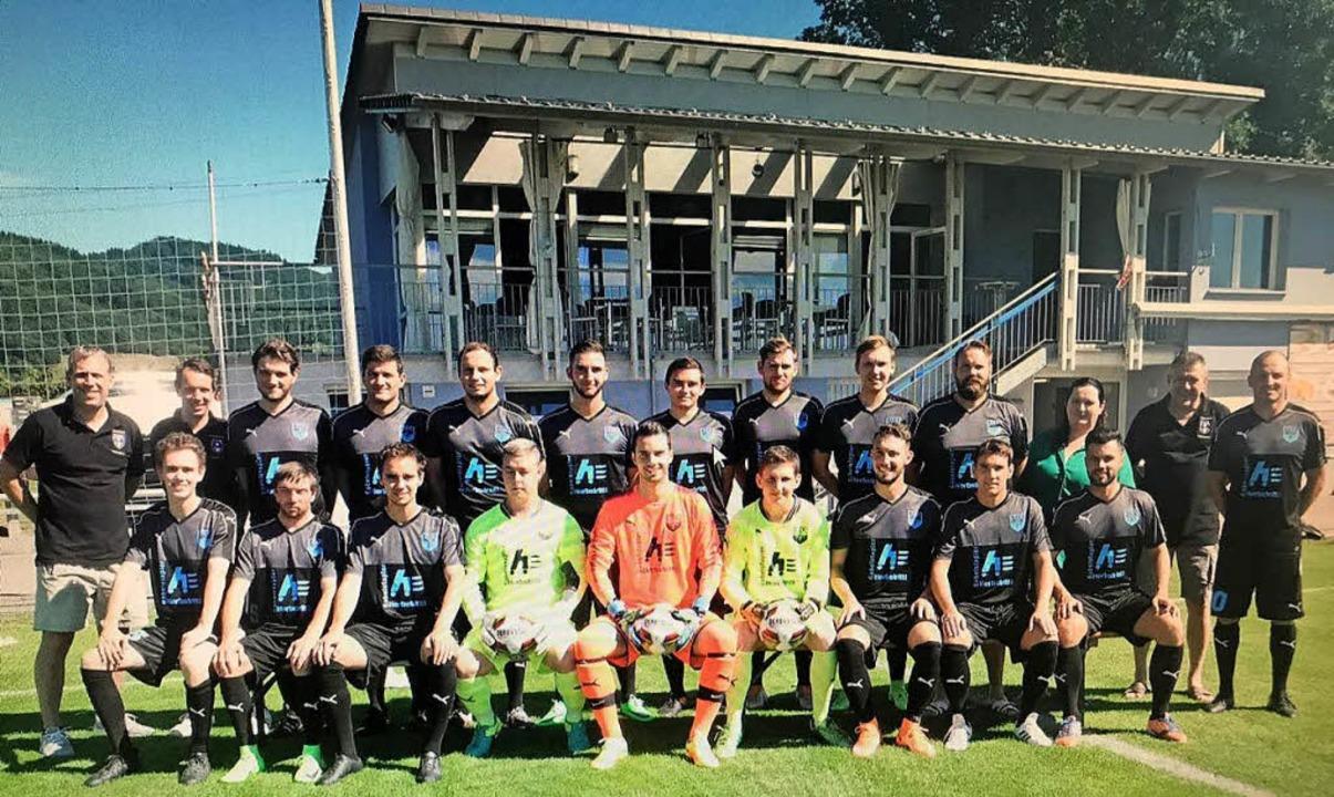 Die Erste Mannschaft des FC Buchholz m...uern und Trainer Daniel Ruf (rechts).     Foto: Verein