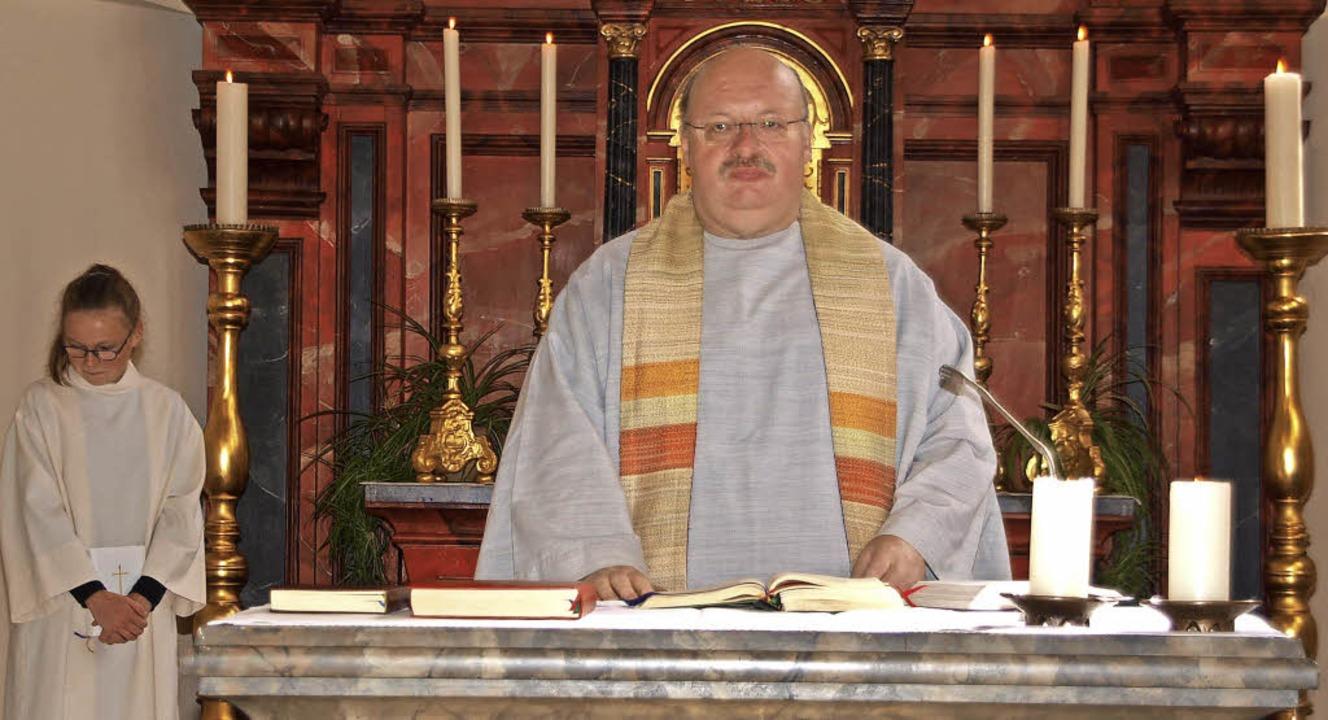 Pfarrer Eckart Kopp zelebrierte den Fe...später die Kräuter- und Blumenbüschel.    Foto: Daniele Schüle