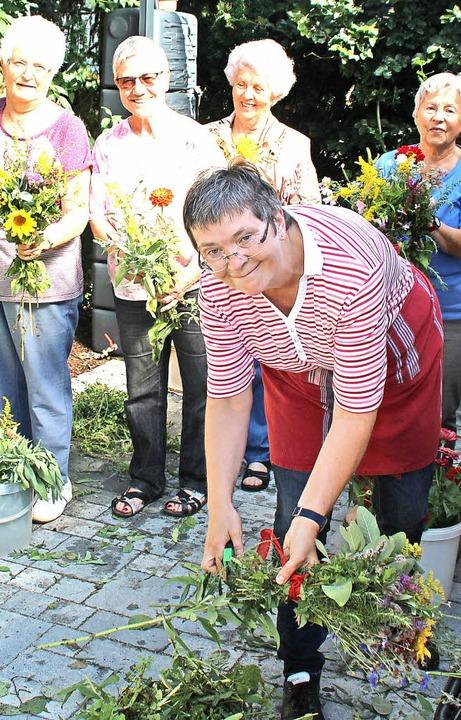 In bester Stimmung banden Frauen aus d...h Blumen aus ihren Gärten mitgebracht.  | Foto: Rolf Reißmann