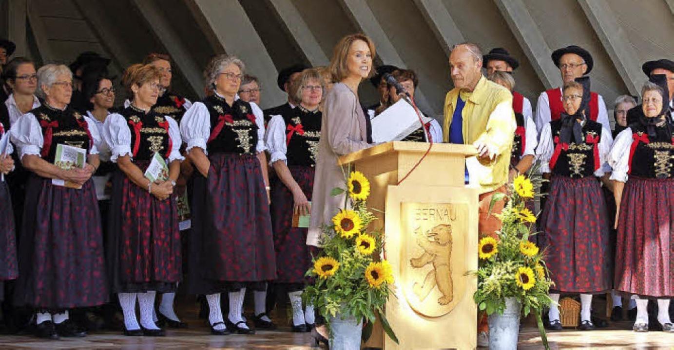 Staatssekretärin Petra Olschowski verl...s-Thoma-Preis an den Künstler Platino.    Foto: Claudia Renk
