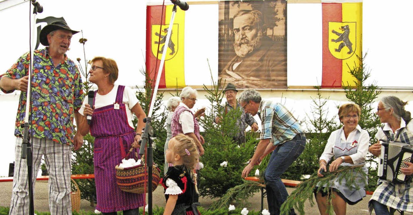"""Der Kirchenchor beim traditionellen """"kränzeln"""".     Foto: Ulrike Spielgehalter"""
