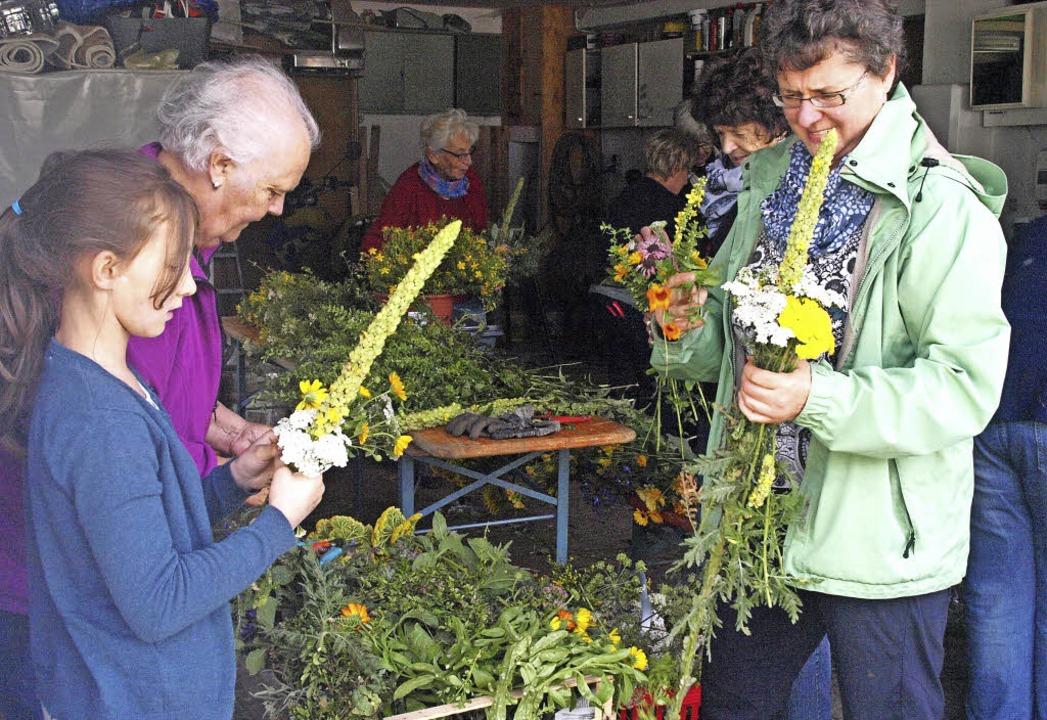 Am Samstag trafen sich die Ibacher Lan...erweihe zu Mariä Himmelfahrt zu binden  | Foto: Karin Stöckl-Steinebrunner