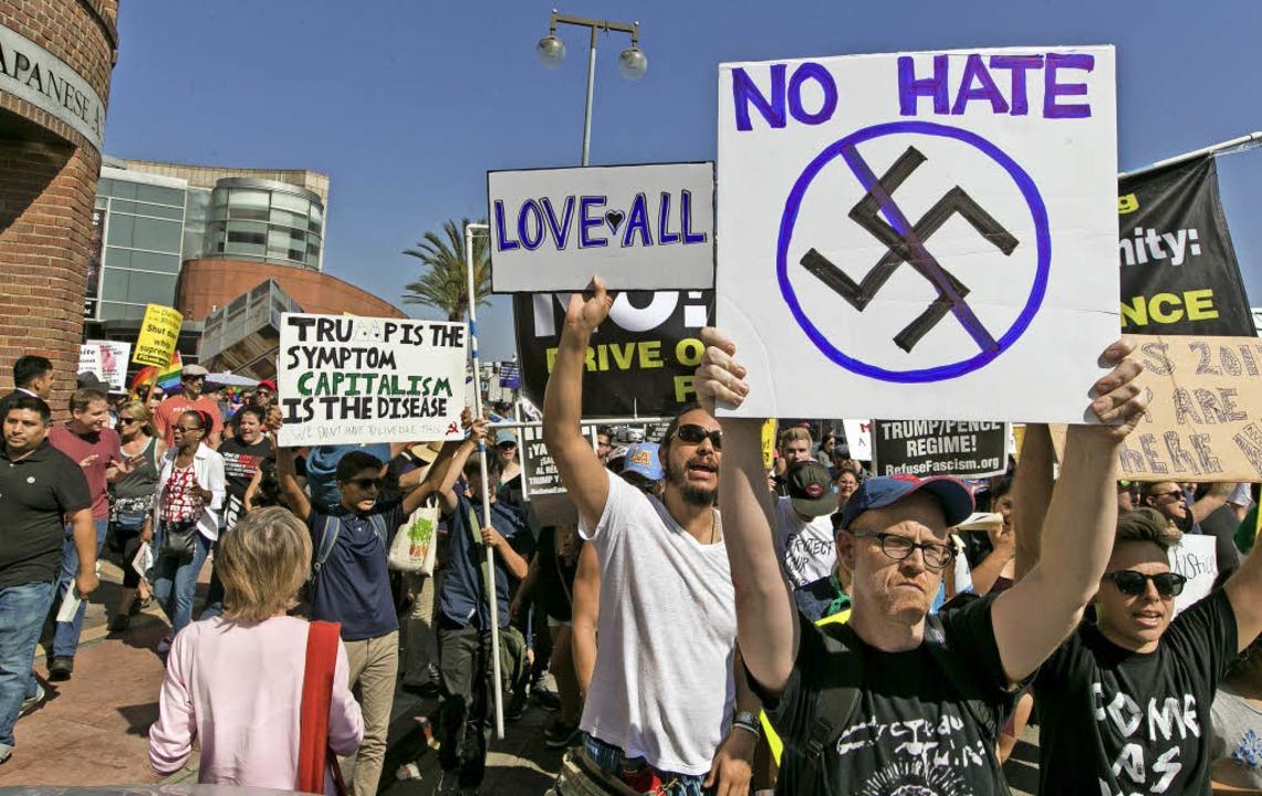 Demonstranten gehen in Los Angeles geg...sch motivierte Gewalt auf die Straße.     Foto: dpa