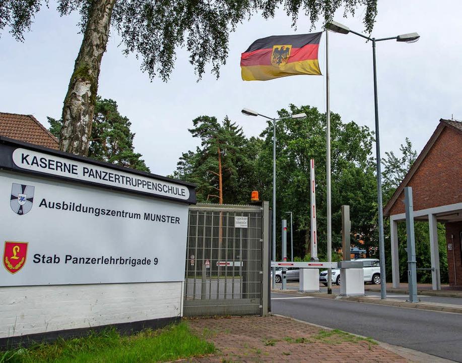Einfahrt der Kaserne in Munster   | Foto: dpa