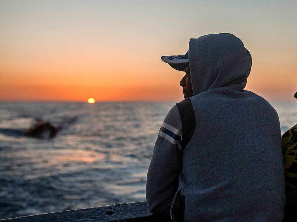 Geretteter Bootsflüchtling im Mittelmeer    Foto: dpa