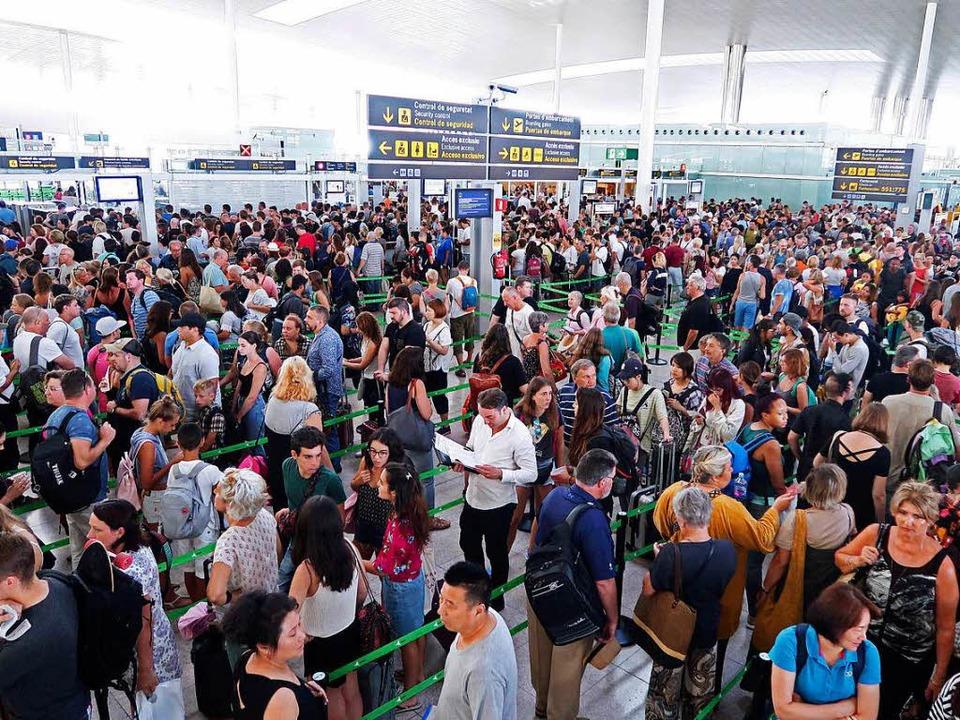 Gute Nerven brauchen die Passagiere am Flughafen Barcelona bei der Abfertigung.  | Foto: dpa
