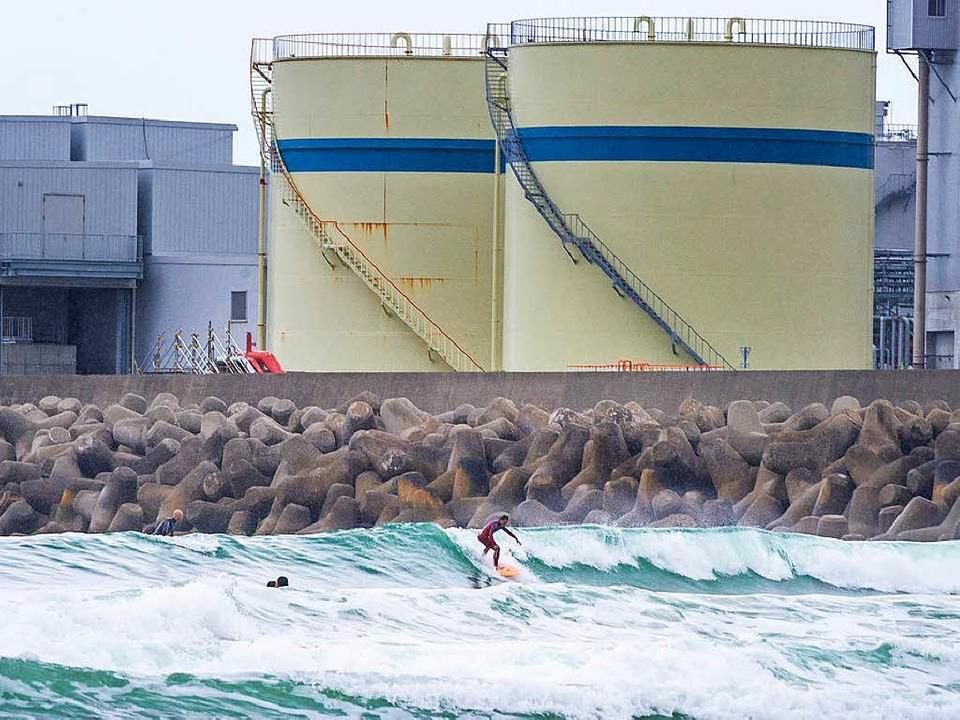 Surfer vor Industriebauten an der Küste  Hironos  | Foto: Javier Sauras