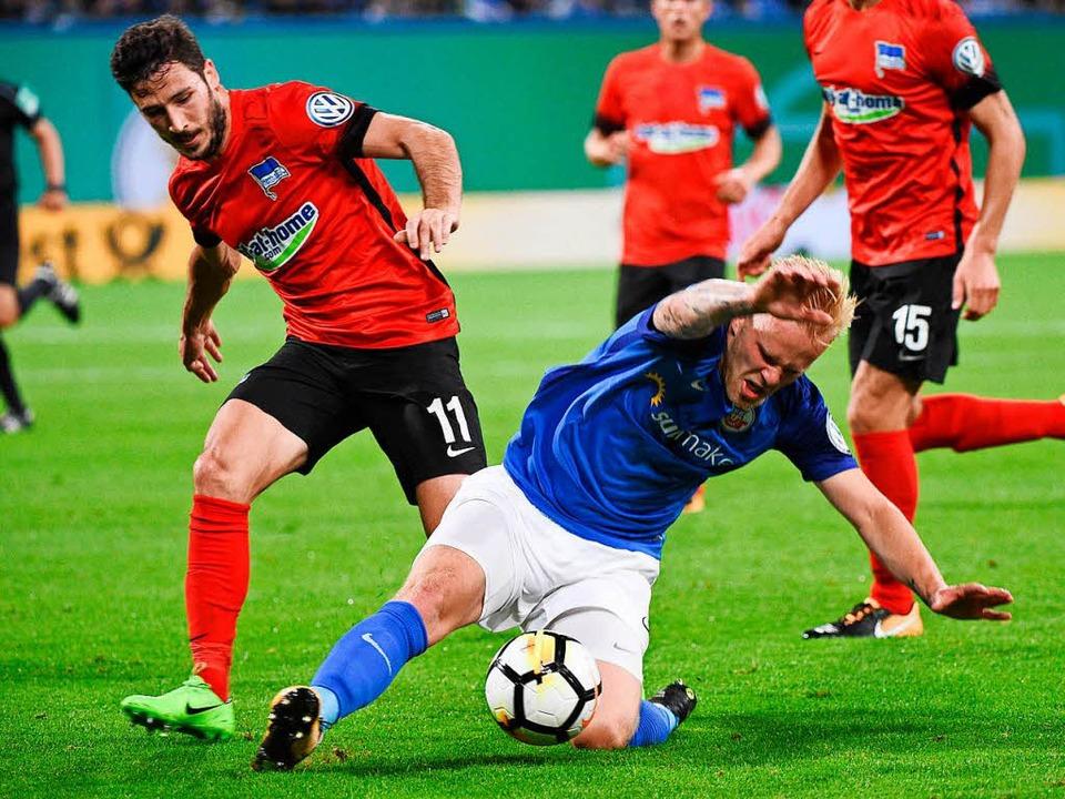 DFB-Pokal, Hansa Rostock - Hertha BSC,...ks Marcel Hilßner kämpfen um den Ball.    Foto: dpa