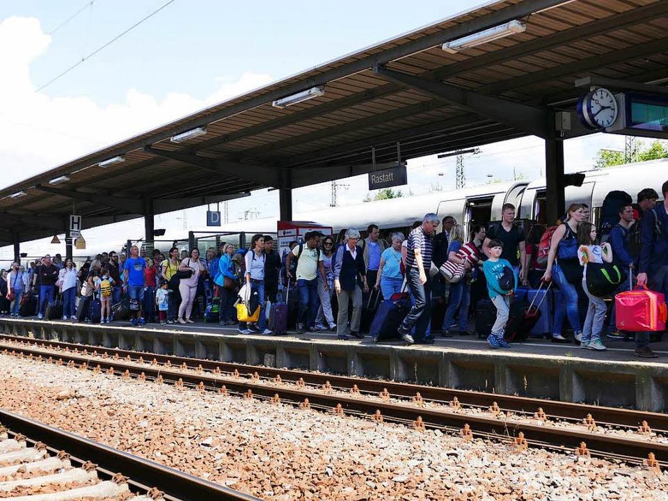 Umsteigen in Rastatt: Wegen des Gleisu... und Baden-Baden derzeit unterbrochen.  | Foto: Anika Maldacker
