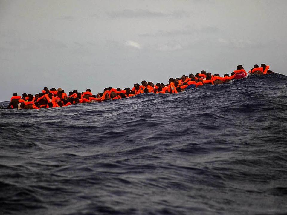 Migranten auf dem Mittelmeer   | Foto: dpa