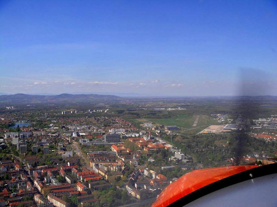 Piste 34, die Landebahn des Freiburger Flugplatzes, ist in Sicht.  | Foto: Carola Schark