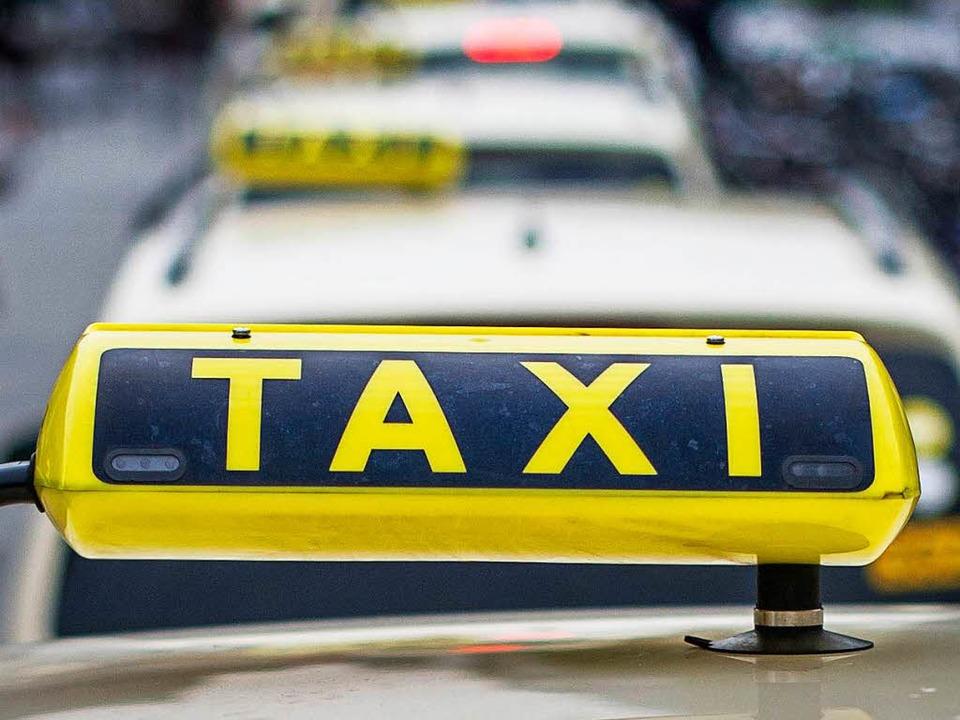 Bis zu 20 Kilometer kann man mit den K...Kandidaten bei der Aktion Taxi fahren.  | Foto: dpa