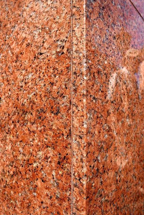 Die  Ladenfassade des Juweliergeschäft...Oberlinden enthält  finnischen Granit.  | Foto: Thomas Kunz