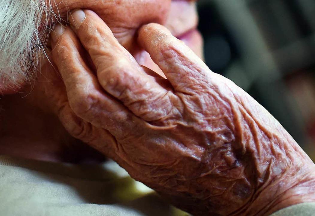 Wenn ältere Menschen vergesslich werden, kann das auf eine Demenz hinweisen.  | Foto: dpa