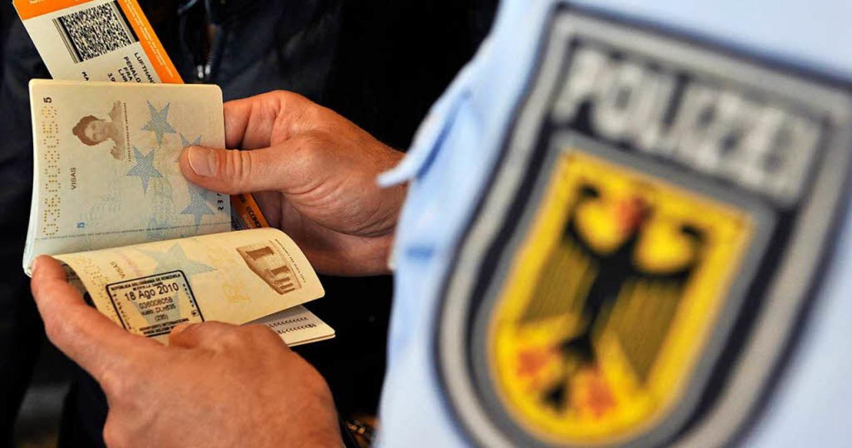 Die Bundespolizie stellte einen Mann m... Papieren in Rheinfelden (Symbolbild).  | Foto: dpa