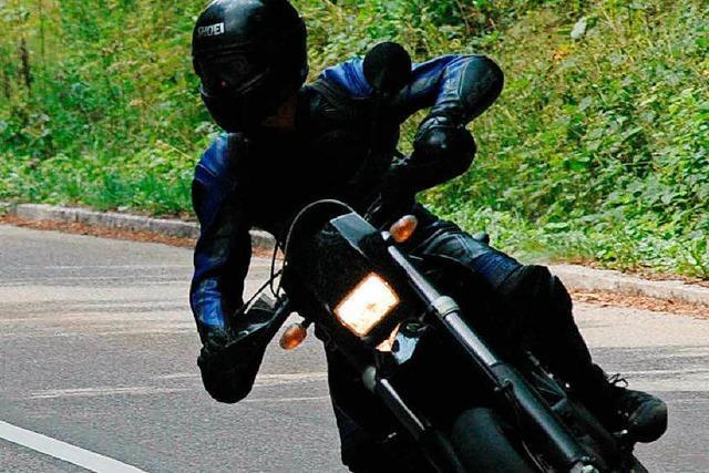 92-Jähriger bedrängt mehrere Motorradfahrer und bringt einen zu Fall