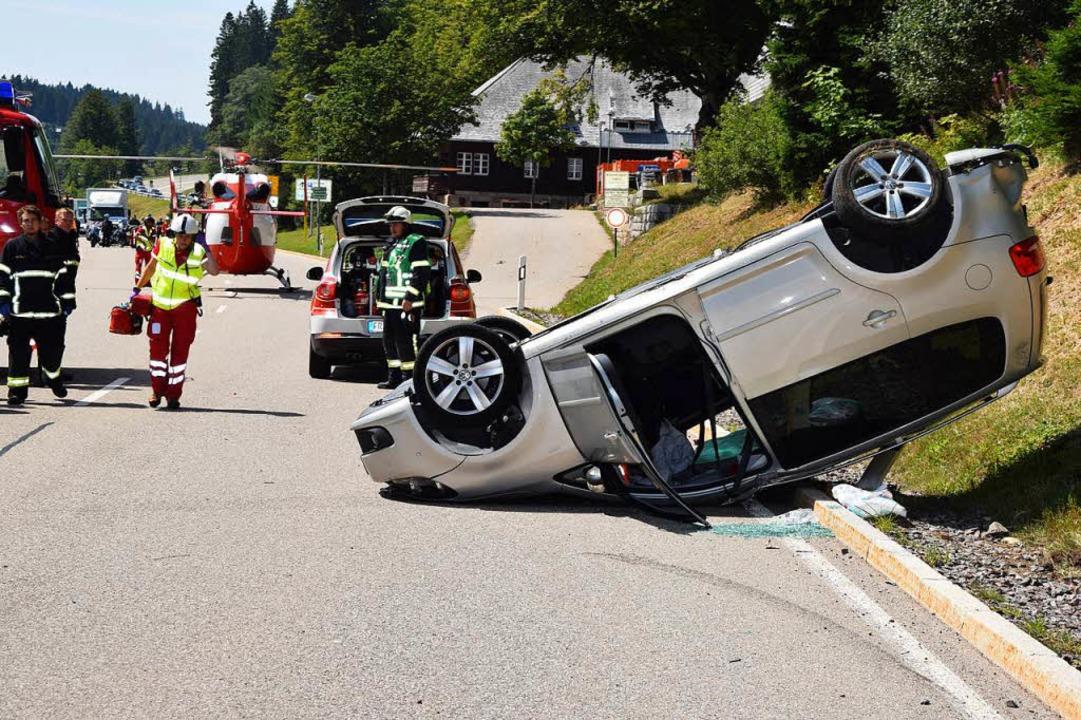 Dieses Auto landete auf dem Dach, die Insassen konnten sich selbst befreien.  | Foto: kamera24