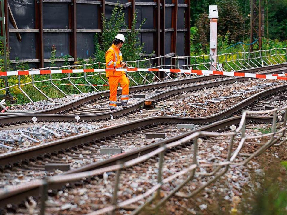 Die abgesackten Gleise in Rastatt.  | Foto: dpa