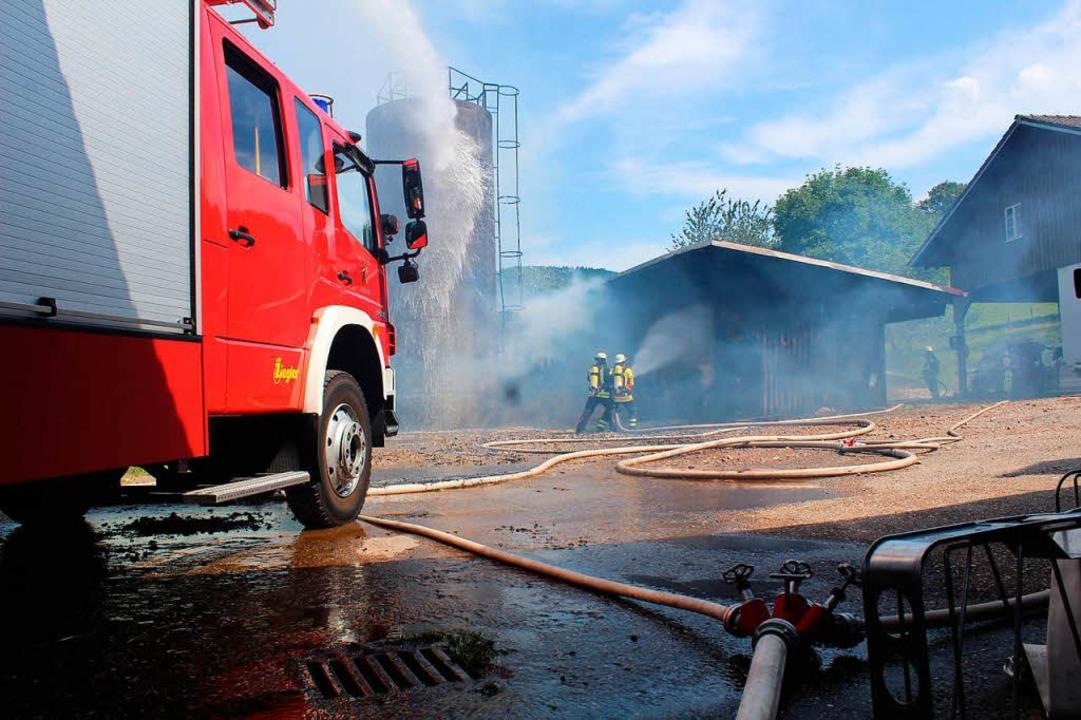 Wasserfontänen aus allen Rohren wurden auf das brennende Ballenlager gerichtet.  | Foto: Erich Krieger