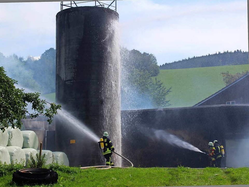 Der Brandherd lag in dem niedrigen Bal...einem Brandübergriff geschützt werden.  | Foto: Erich Krieger