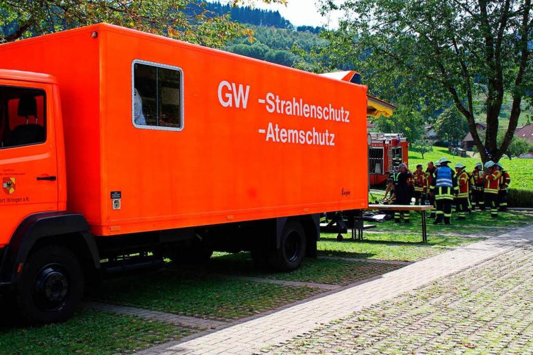 Wegen des hohen Bedarfs an Atemschutzgeräten war auch ein Spezialwagen vor Ort.  | Foto: Erich Krieger