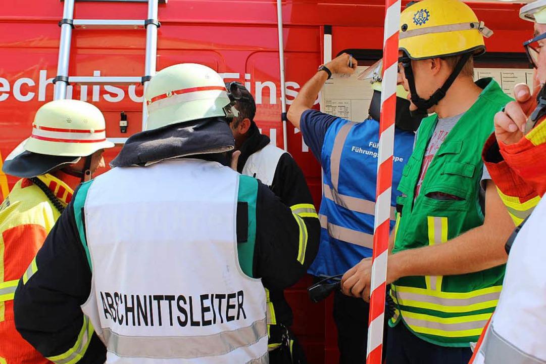Lagebesprechung bei der Einsatzleitung.  | Foto: Erich Krieger