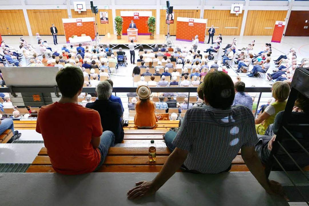 Etwa 350 Menschen waren in die Stadthalle in Tiengen gekommen.    Foto: Manuel Fritsch