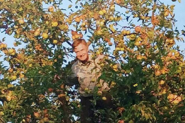 Matern von Marschall macht Wahlkampf im Apfelbaum