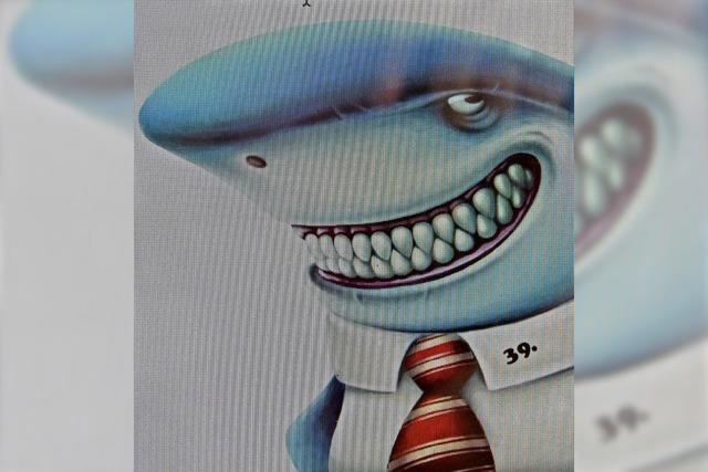 Ein Oberkellner mit Haifischkopf