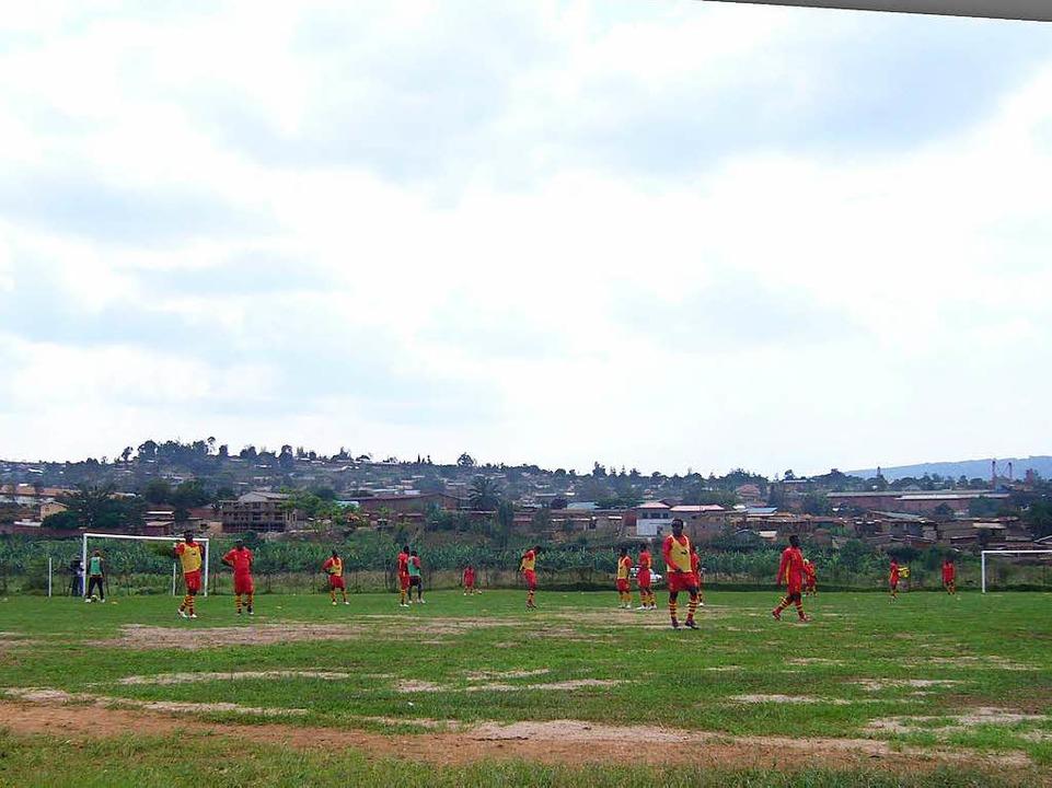 Professionelles Beobachten hat nichts ...n zu tun: ein Trainingsplatz in Kigali  | Foto: Hartenbach