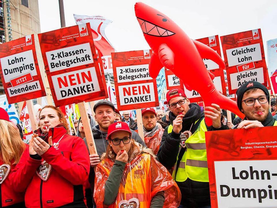Mit roten Plakaten und rotem Haifisch ...e – DGB-Protest 2016 in München     Foto: dpa