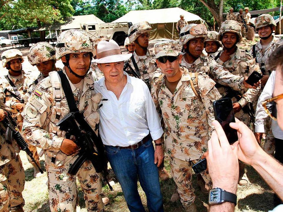 Präsident Santos posiert mit Soldaten.  | Foto: dpa
