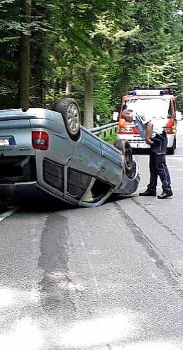 Das Auto überschlug sich bei Wehr auf der L155.   | Foto: Feuerwehr Wehr