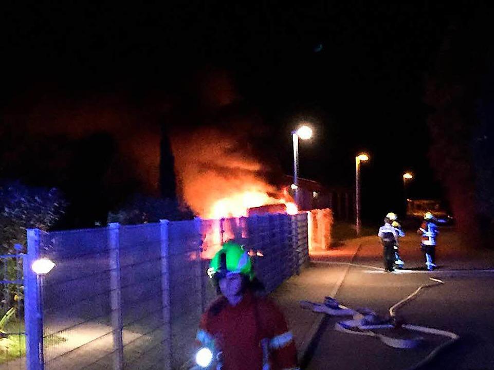 Das Auto stand in Flammen als die Feuerwehr anrückte.    Foto: Feuerwehr