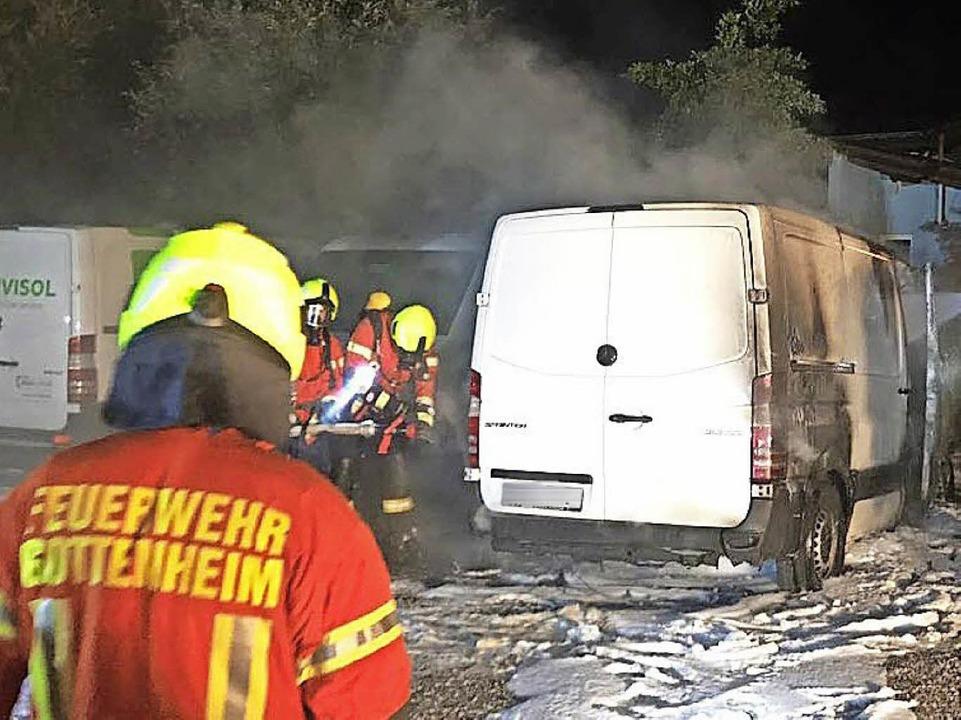 Die Feuerwehr konnte ein Übergreifen d...mmen auf benachbarte Autos verhindern.    Foto: Feuerwehr